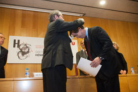 Montaña posa la medalla de Doctor Honoris Causa a Henry Chesbrough